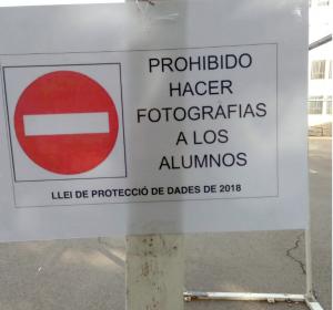 Cartel prohibiendo la grabación de imágenes en acto escolar a familiares